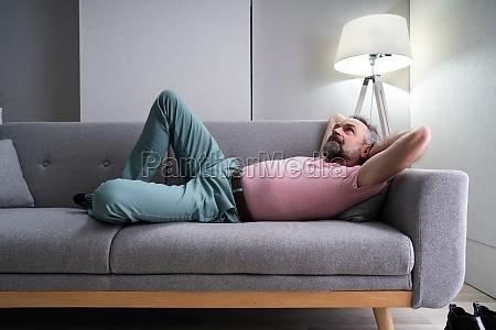 senior man relaxing auf dem sofa