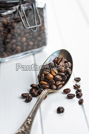 geroestete kaffeebohnen im loeffel