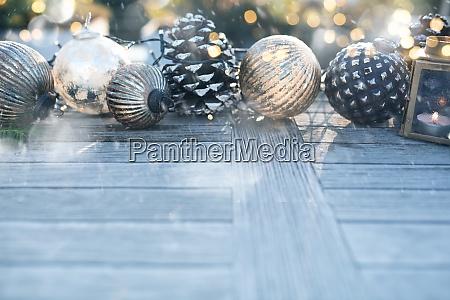 weihnachtsdekoration mit goldenem bokeh