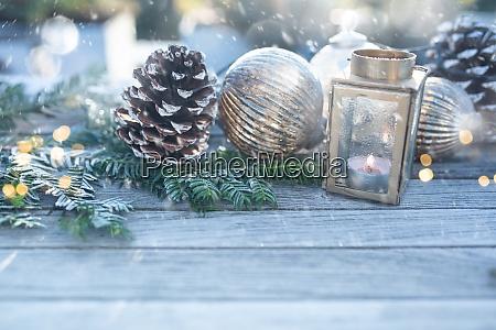 weihnachtsdekoration mit schneeflocken
