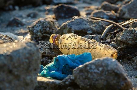 plastikflasche am felsen kunststoffkontamination