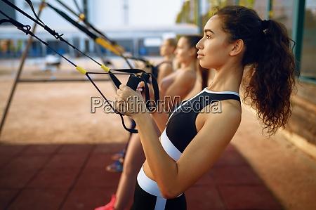 schlanke frauen beim sport outdoor gruppentraining