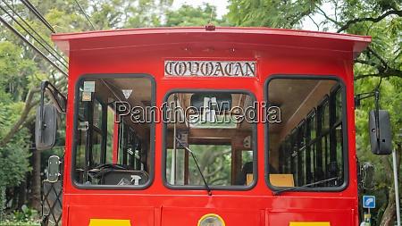 vorderseite eines rot gelben trolleywagens auf