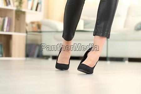 frau beine mit high heels gehen