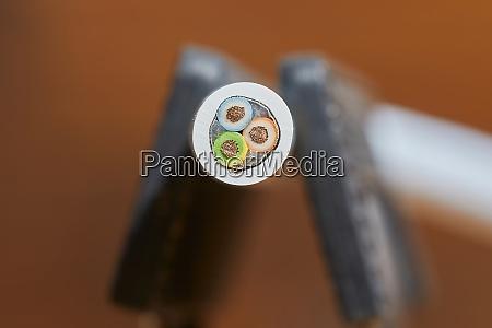 stromkabel mit 3 kupferleitungen geschnitten und