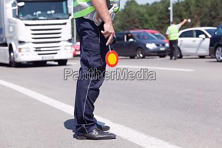 polizist kontrolliert verkehren auf der autobahn