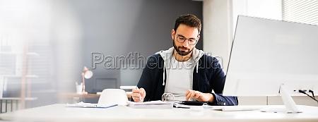 steuerberater mit computer