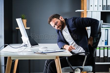 junger mann mit rueckenschmerzen