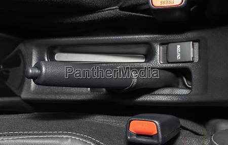 graue handbremse und sicherheitsgurtschloss im auto