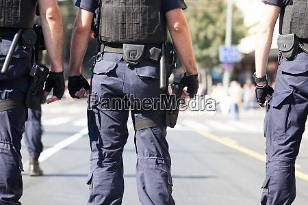 spezialkraefte der polizei bei strassenprotesten im