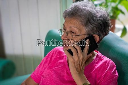 modernes handy und alte person