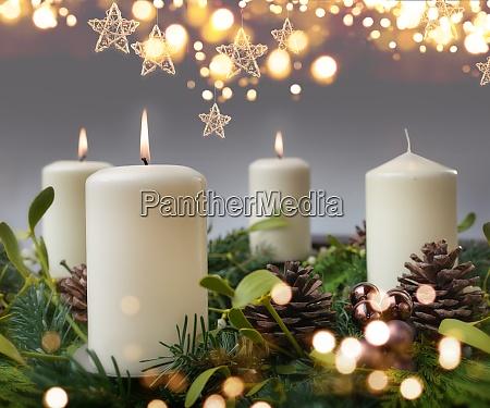 drei brennende kerze in der adventszeit