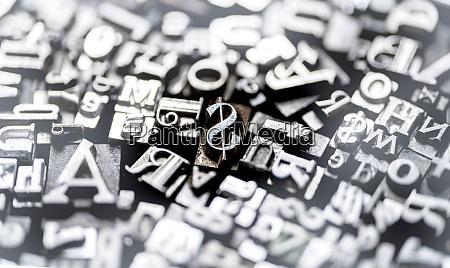 schriftarten vom typ metall