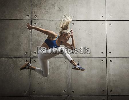 sportliches springen der frau