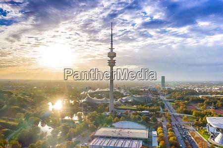 muenchen olympiapark olympiaturm muenchen skyline luftbild