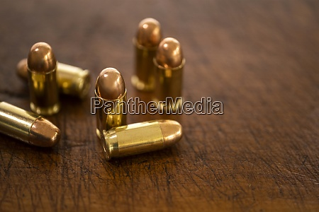 goldkugeln auf holzoberflaeche