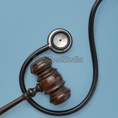gavel und stethoskop auf blauem hintergrund