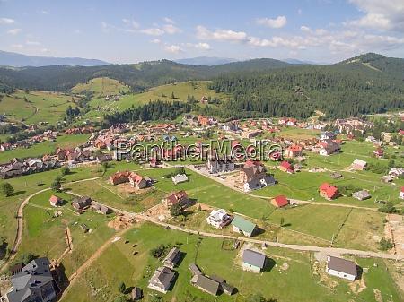 grosse gruene berge luftaufnahme von village