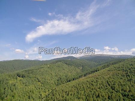 gruene berge luftdrohne foto von karpatian