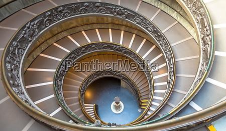 die beruehmte wendeltreppe im vatica museum