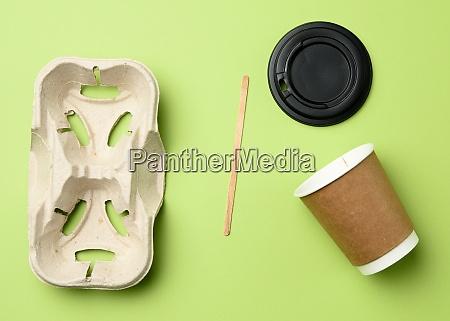 einweg papierbecher aus braunem handwerkspapier und