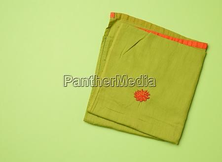 gefaltete gruene serviette gruener hintergrund