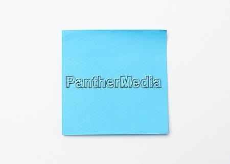 blauer quadratischer aufkleber auf weisser oberflaeche