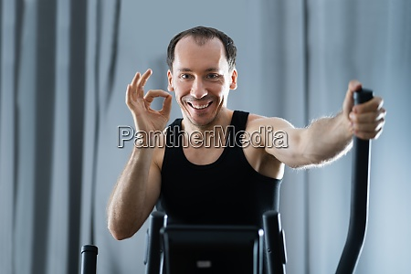 man training auf elliptical trainer