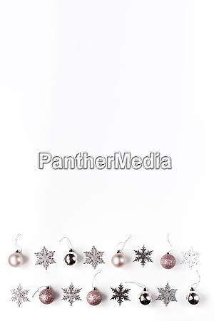 weisse und silberne weihnachtsschmuck und geschenk