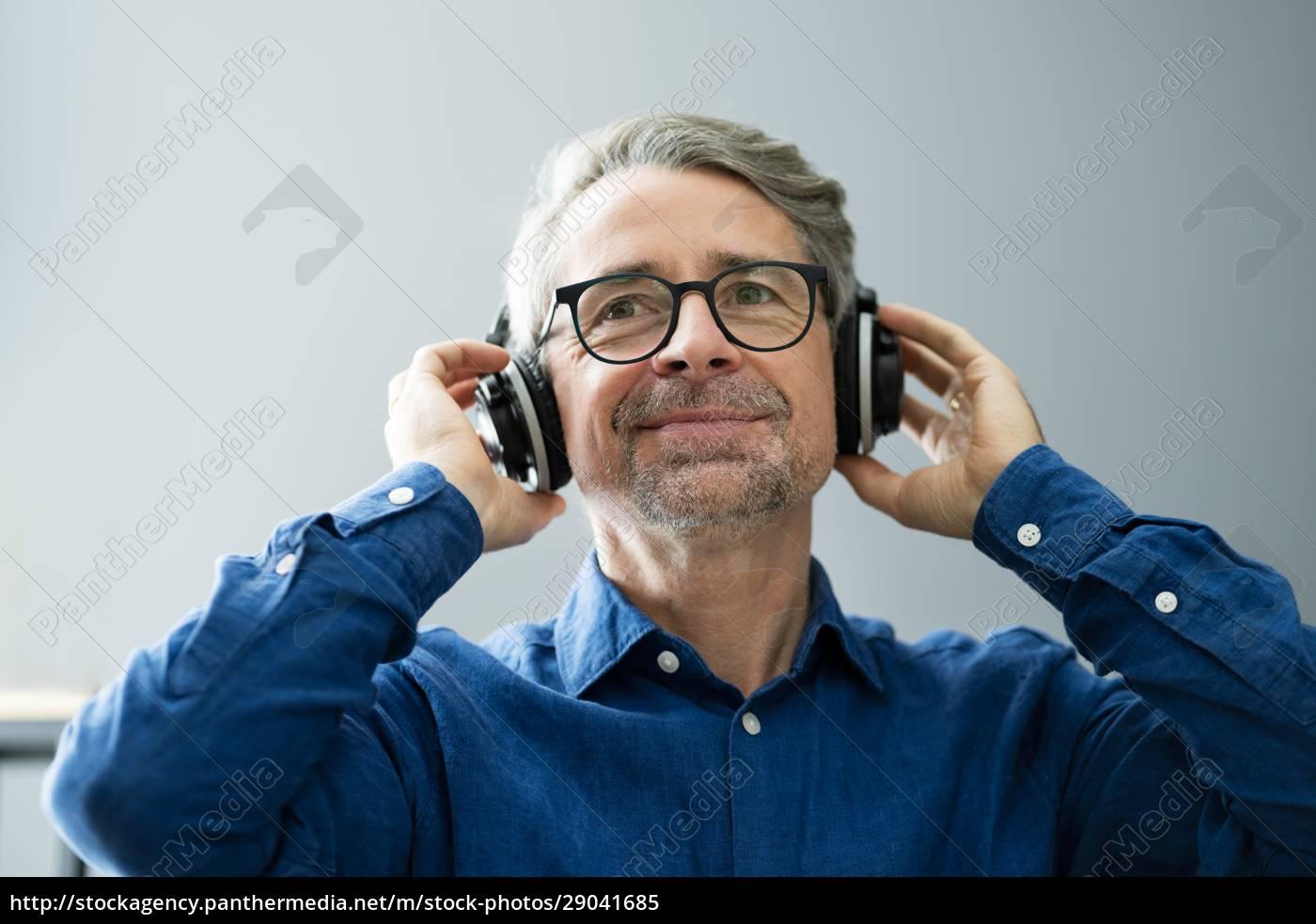 lächelnde, ältere, senioren, hören, musik - 29041685