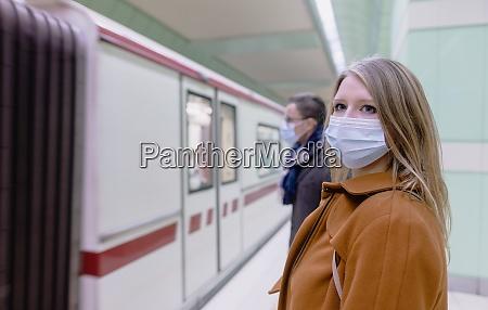menschen in oeffentlichen verkehrsmitteln tragen maske