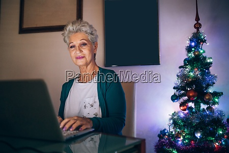 frau weihnachtseinkaeufe online
