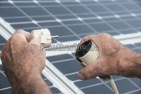 ein netzstecker und ein solarpanel