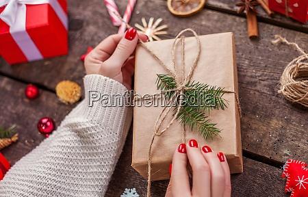 geschenk box in packpapier mit satinband