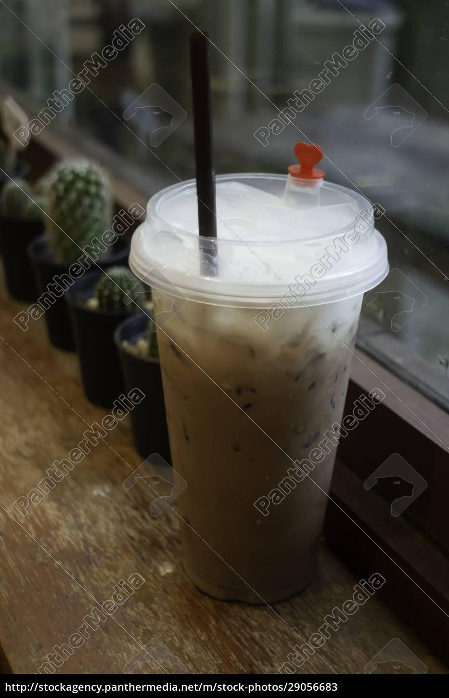 eismilchkaffee, in, einwegbecher, auf, holztisch - 29056683