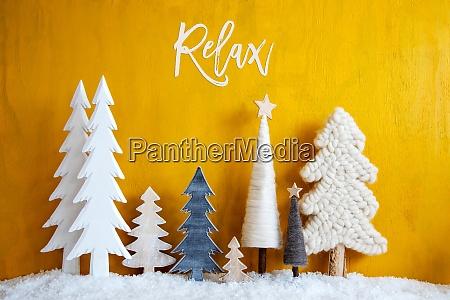 weihnachtsbaeume schnee gelber holzhintergrund entspannen