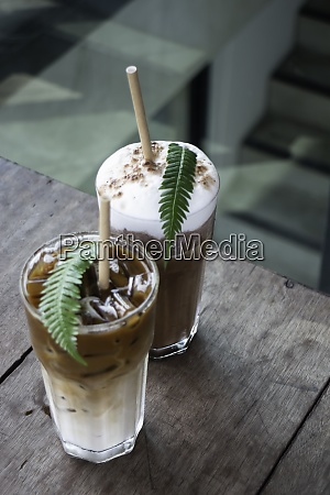kaffeeglas mit farnblatt verziert