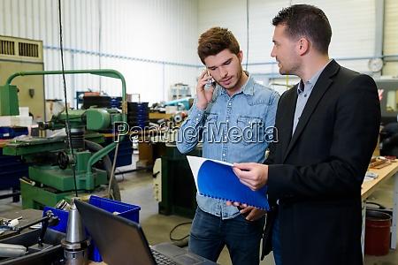 ingenieur und lehrling in der fabrik