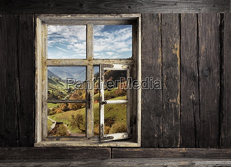 blick durch ein holzfenster in die