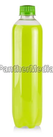 die plastikflasche mit gruenem saft auf