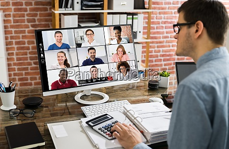 finanzsteuerberater in videokonferenz