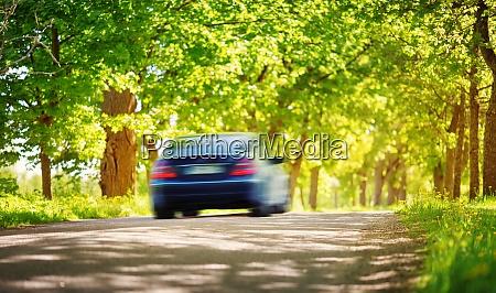 auto auf asphaltstrasse im sommer