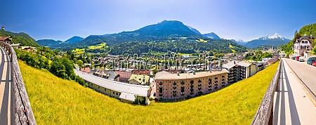 stadt berchtesgaden und alpenlandschaft panoramablick