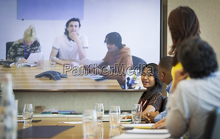geschaeftsleute sprechen videokonferenz in konferenzraum meeting