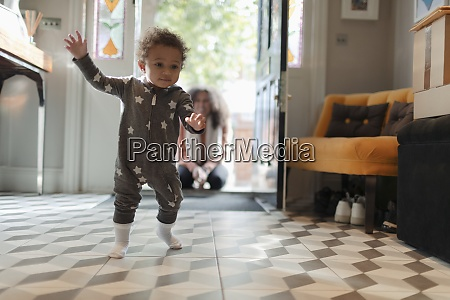 nettes baby maedchen in stern pyjamas