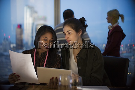 geschaeftsfrauen mit digitalem tablet arbeiten spaet