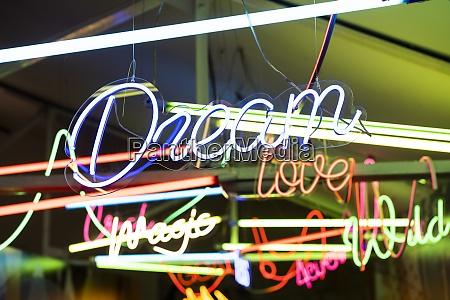 bunte neon schilder leuchten drinnen