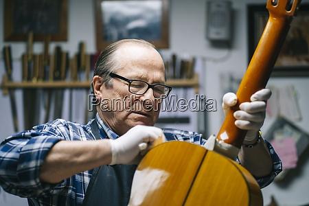 senioren polieren gitarre waehrend sie in