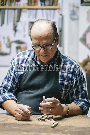sevilla spanien ein handwerker luthier macht