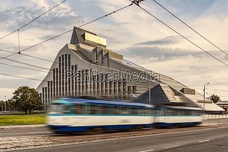 lettland riga strassenbahn vor der nationalbibliothek